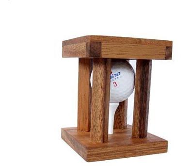 Golfový míček v kleci